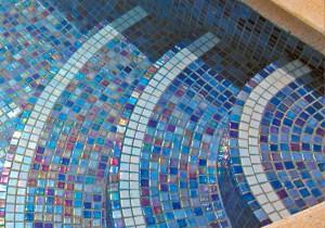 Dno-basseyna-vyilozheno-mozaikoy